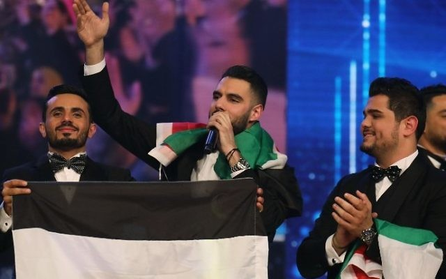 Les gagnants de l'émission Arab Idol, Yaacoub Shahin, au centre, Ammar Mohammed, à gauche, et Amir Dandan, à droite, sur la scène de l'émission télévisée à Beyrouth, au Liban, le 25 février 2017. (Crédit : Anwar Amro/AFP)