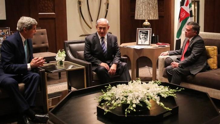 Le Premier ministre Benjamin Netanyahu, au centre, John Kerry, alors secrétaire d'Etat américain, à gauche, et le roi Abdallah II de Jordanie, à Amman, le 13 novembre 2014. (Crédit : Yousef Allan/Ho/Palais royal de Jordanie/AFP)