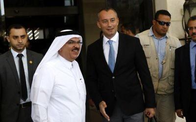 Mohammad al-Amadi, envoyé du Qatar dans la bande de Gaza, 2e à gauche, avec Nikolay Mladenov, envoyé des Nations unies pour la paix au Proche Orient, à droite, à Gaza Ville, le 17 septembre 2015. (Crédit : Mohammed Abed/AFP)