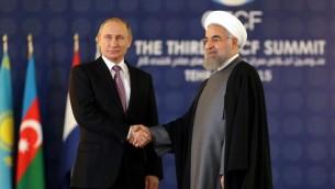 Le président iranien Hassan Rouhani, à droite, avec son homologue russe Vladimir Poutine à Téhéran, le 23 novembre 2015. (Crédit : Atta Kenare/AFP)