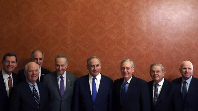 Le Premier ministre Benjamin Netanyahu (au centre), avec les membres du Sénat américain, de gauche à droite, John Barrasso (R-WY), Ben Cardin (D-MD), Robert Casey (D-PA), Chuck Schumer D-NY), Mitch McConnell (R-KY), Bob Menendez (D-NJ) et John McCain (R-AZ) lors d'une réunion au Capitole, le 15 février 2017 à Washington, Etats-Unis (Crédit : Mark Wilson / Getty Images / AFP)