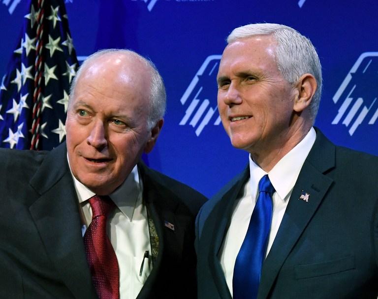 Dick Cheney, ancien vice-président américain, à gauche, et Mike Pence, vice-président des Etats-Unis, pendant la conférence annuelle de la Coalition juive républicaine à Las Vegas, le 24 février 2017. (Crédit : Ethan Miller/Getty Images/AFP)