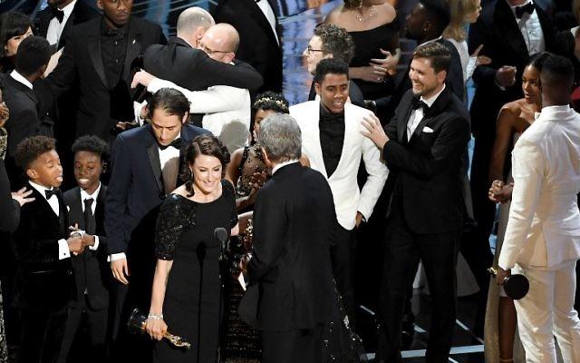 """L'équipe de """"Moonlight"""" a remporté l'Oscar du meilleur film de la 89e cérémonie annuelle, à Hollywood, le 26 février 2017. (Crédit : Kevin Winter/Getty Images/AFP)"""
