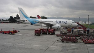 Un avion de la compagnie colombienne Tame à l'aéroport de Bogota, en 2010. Illustration. (Crédit : Sylvain2803/CC BY-SA 3.0/WikiCommons)