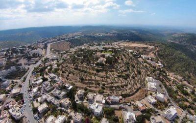 Vue aérienne de ce qui serait le site biblique de Kiryat Yearim, à l'ouest de Jérusalem. (Autorisation de  William Schlegel)