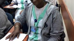 Chana (Wigayu) Tilahon, agent d'entretien au Centre médical Wolfson de Holon, lors d'un cours d'hébreu de l'organisation ERETZ en janvier 2017 (Crédit : Renee Ghert-Zand/TOI)
