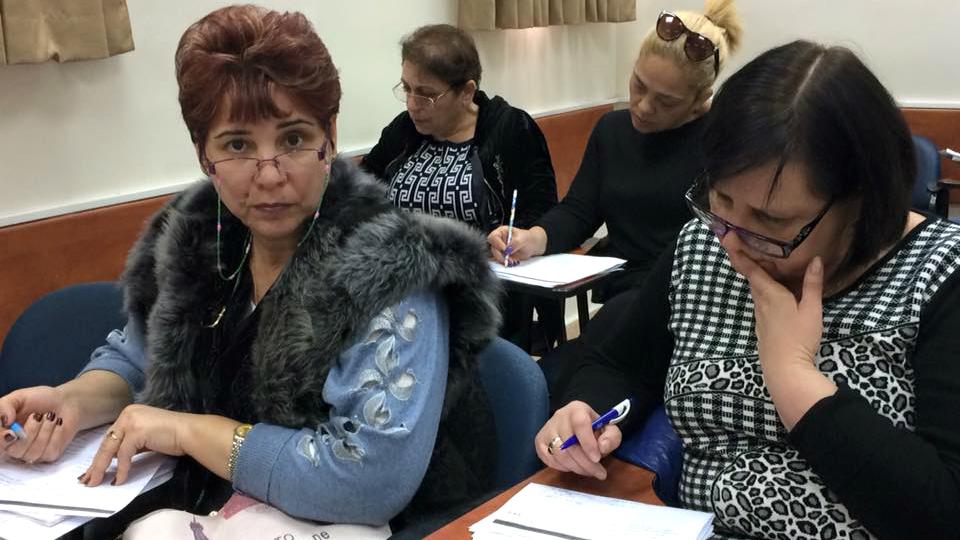 Tamara Morduchayev (là gauche,), agent d'entretien au Centre médical Wolfson de Holon, ors d'un cours d'hébreu de l'organisation ERETZ en janvier 2017 (Crédit : Renee Ghert-Zand/TOI)