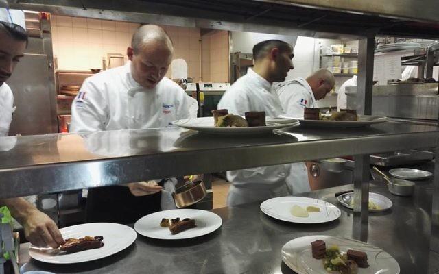 David Biton, le chef du restaurant La Regence, à Jérusalem, accueille Frédéric Simonin, chef parisien, pour la semaine So French, So Food, en février 2017. (Crédit : Facebook/Institut français de Jérusalem)