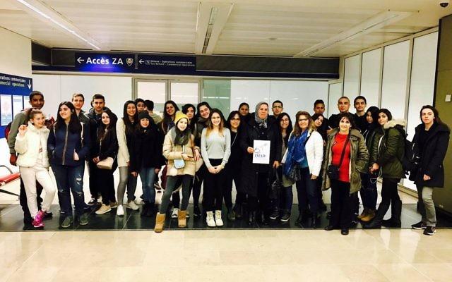 Arrivée à Paris de la délégation des jeunes Israéliens et Palestiniens participant au voyage pour le vivre ensemble, le 20 février 2017. (Crédit Facebook/page officielle de Latifa Ibn Ziaten)