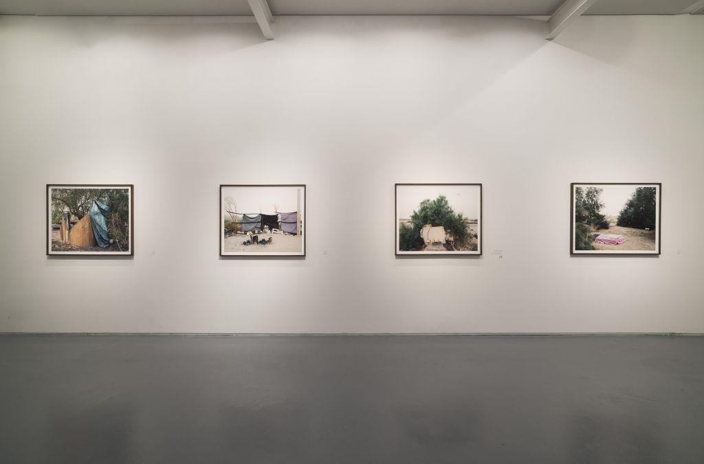 """Des zones de repas et des espaces de cuisine artisanaux dans le désert, capturés par Ron Amir dans l'exposition """"Purger sa peine à Holot"""" (Autorisation musée d'Israël)"""