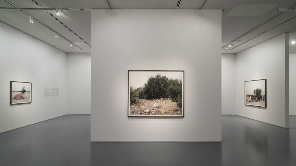 """Construire un toit à partir de ce qu'on peut trouver dans un désert vide au centre de détention de Holot, une photographie de Ron Amir dans l'exposition """"Purger sa peine à Holot"""" (Autorisation musée d'Israël)"""