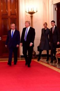 Le Premier ministre Benjamin Netanyahu et le président américain Donald Trump, suivis d'Ivanka Trump et de Jared Kushner, à la Maison Blanche, le 15 février 2017. (Crédit : Shmulik Armoni)