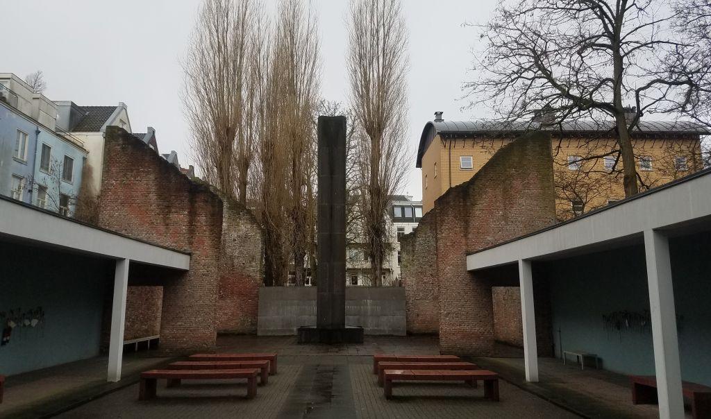 A Amsterdam, un mémorial de l'Holocauste a été érigé dans l'ancien théâtre où 80 000 Juifs néerlandais avaient été incarcérés avant d'être déportés dans des camps de transit nazis comme Westerbork, le 15 janvier 2017 (Crédit : Matt Lebovic/The Times of Israel)