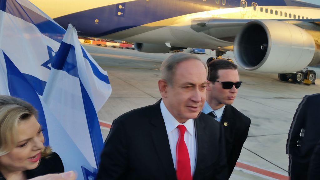 Le Premier ministre Benjamin Netanyahu embarque pour Londres, à l'aéroport international Ben Gurion, le 5 février 2017. (Crédit : Raphael Ahren/Times of Israël)