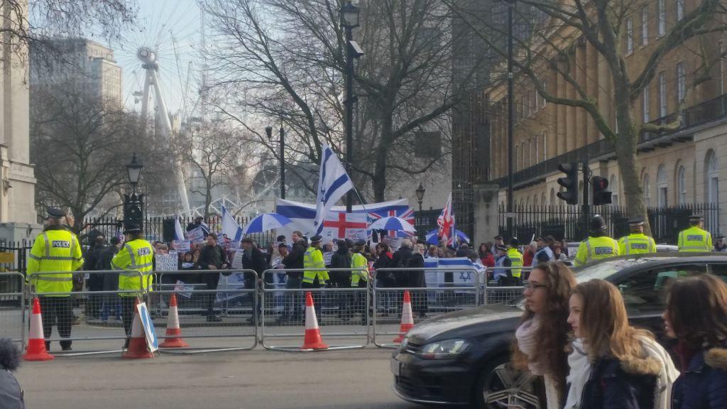 Manifestation devant le 10 Downing Street, résidence officielle de la Première ministre britannique Theresa May, pour et contre la visite officielle du Premier ministre Benjamin Netanyahu, à Londres, le 6 février 2017. (Crédit : Raphael Ahren/Times of Israël)