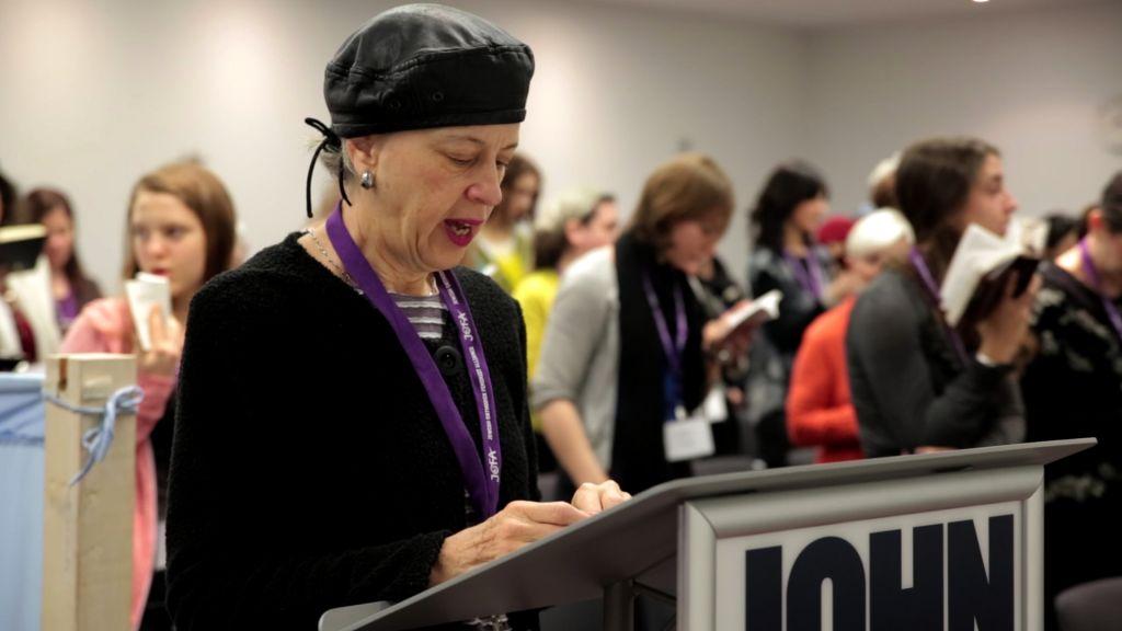 Illustration : Une femme dirige un minyan lors d'une conférence à New York de l'Alliance féministe juive orthodoxe (JOFA) en décembre 2013 (Crédit :Mike Kelly/JTA)
