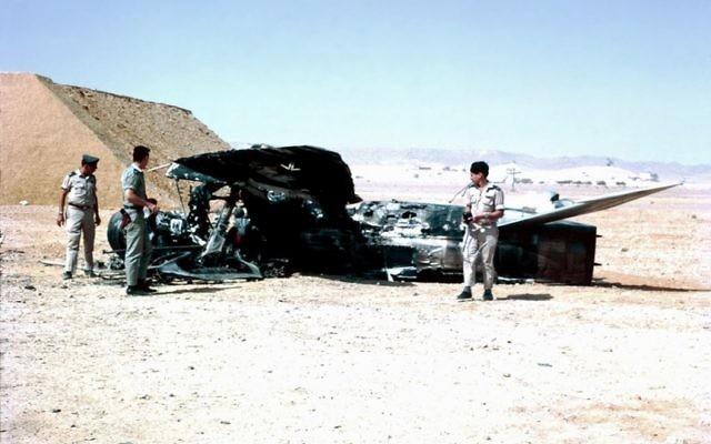 Des officiers de l'armée israélienne à côté d'un MiG-21  égyptien abattu à Bir Gifgafa. (Crédit : Yehezkel Rahamim, Wikimedia)