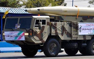 Un missile balistique Fateh-110 pendant une parade militaire iranienne de 2012. (Crédit : military.ir/Wikimedia Commons)