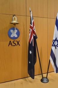 Les drapeaux israéliens et australiens à l'Australian Securities Exchange (Crédit :  autorisation)