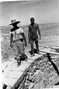 Amir Drori, premier directeur de l'Autorité israélienne des Antiquités, à droite, et Yigal Yadin, pendant des fouilles à Massada, en 1963. (Crédit : domaine public/Wikimedia Commons)