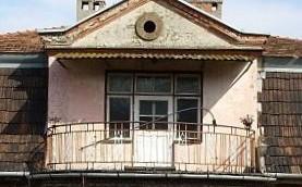 Le balcon de l'ancienne maison du commandant du campde concentration nazi Amon Goeth, à Plaszow, en Pologne. (Crédit : Black Stripe/CC-BY-SA/Wikimedia)