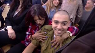 Elor Azaria, jugé coupable d'homicide après avoir tué un terroriste palestinien neutralisé, avec sa mère devant le tribunal militaire de Tel Aviv, le 21 février 2017. (Crédit : capture d'écran Deuxième chaîne)