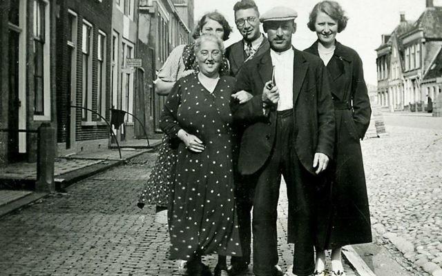 La famille Boas-Pais, qui a péri lors de l'Holocauste, devant sa maison de la ville frisonne de  Harlingen, aux Pays-Bas avant la Seconde guerre mondiale . (Autorisation d'Annehuis ter Harlingen/via JTA)