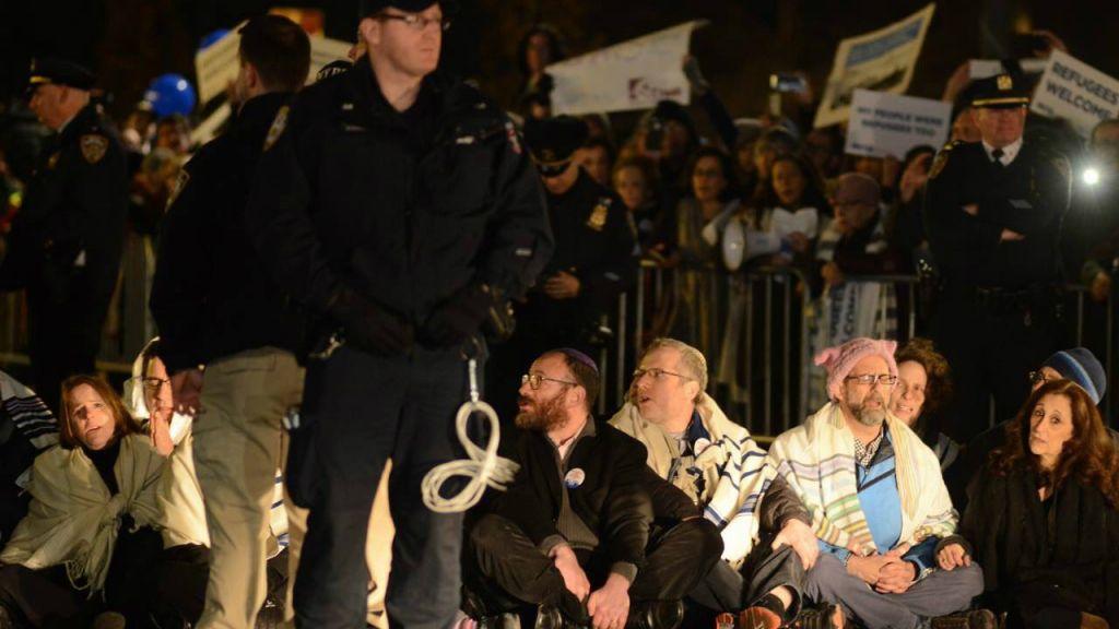 19 rabbins ont été arrêtés à New York pour avoir protester contre le décret anti-immigration et anti-réfugiés de Trump, le 6 février 2017. (Crédit : Gili Getz)