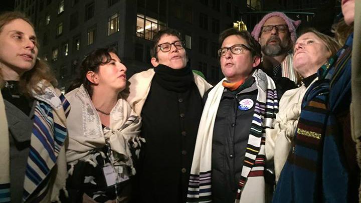 Des rabbins protestent contre le décret anti-immigration et anti-réfugiés de Trump, le 6 février 2017. (Crédit : Gili Getz)