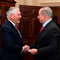 Le Premier ministre Benjamin Netanyahu, à droite, et le secrétaire d'Etat américain Rex Tillerson, à Washington, D.C., le 14 février 2017. (Crédit : Avi Ohayun/GPO)