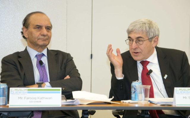 Farooq Kathwari, (à gauche) et ) Stanley Bergman, (à droite) coprésident une réunion du Conseil Consultatif Musulmans-Juifs au Capitole, le 2 février 2017 (Crédit : Ronald Sachs/ via JTA)