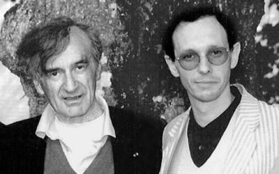 Michaël de Saint Cheron, philosophe des religions et écrivain avec Elie Wiesel à  Cerisy-la-Salle, en juillet 1995. (Crédit : autorisation)