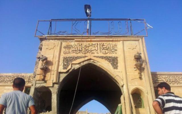 Inspection de la mosquée détruite du prophète Younis, ou Joans, à Mossoul en Irak, le 24 juillet 2014. (Crédit : AFP)