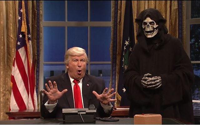 Alec Baldwin imite Donald Trump, accompagné de son conseiller Stephen Bannon déguisé en Grande Faucheuse, dans le Saturday Night Live, en février 2017. (Crédit : capture d'écran SNL)