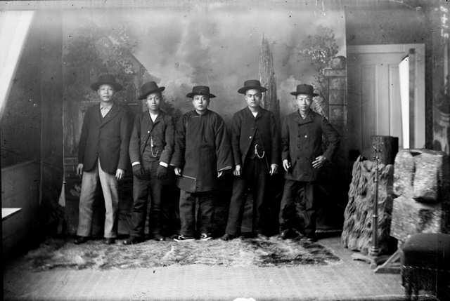 Chinois américains des années 1900, habillés comme à l'époque. (Crédit : domaine public)