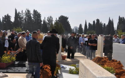 Plus de 200 Israéliens ont assisté aux funérailles de Hilde Nathan, survivante de l'Holocauste, le 27 février 2017. (Crédit : Jacob Israel/United with Israel)