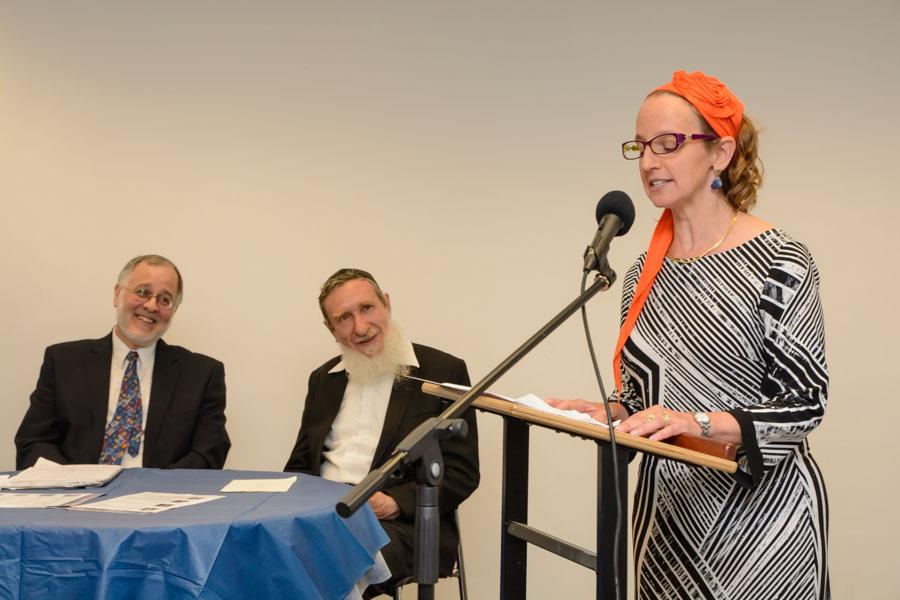 Les rabbins Meesh Hammer-Kossoy, qui fait un discours, sur la droite de la photo, Daniel Sperber, au centre, et Herzl Hefter lors de la fête célébrant l'ordination des premiers élèves de Har'el Beit Midrash, le 9 juin 2015. (Crédit : Sigal Krimolovski)