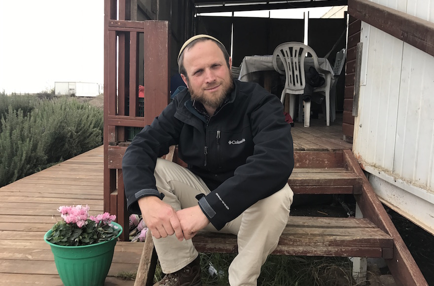Eli Greenburg à l'extérieur de son habitation à Amona, le 13 décembre 2016 (Crédit :Andrew Tobin/JTA)