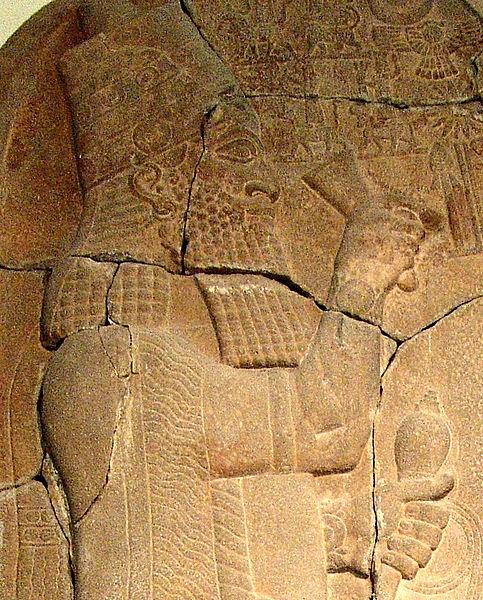 Portrait sur stèle d'Assarhadon, roi d'Assyrie. (Crédit : Wikimedia)