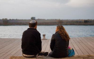 Un couple juif profite de la Saint Valentin sur le front de mer de Tel Aviv (Crédit :  Dima Vazinovich/Flash90)