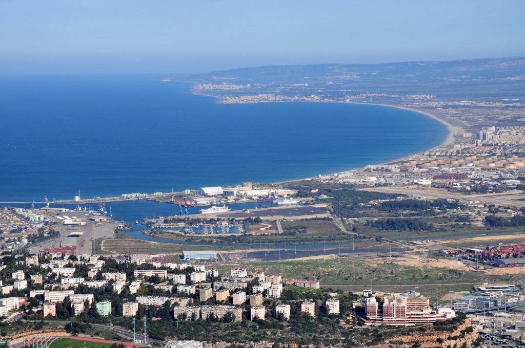 La zone industrielle de Haïfa. Le réservoir d'ammoniac est visible sur la jetée, à droite. (Crédit : Shay Levy/Flash90)