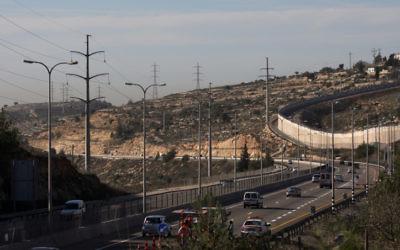 La barrière de sécurité à proximité de l'implantation de Beit Horon sur la Route 443 (Crédit : Kobi Gideon/Flash90)