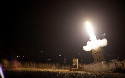 Le système de défense Dôme de fer en action . Illustration.(Crédit : Edi Israel/Flash90)