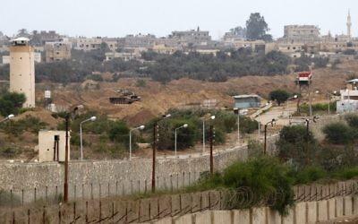 Un mirador de l'armée égyptienne à la frontière avec la bande de Gaza, à Rafah, en juillet 2013. (Crédit : Abed Rahim Khatib/Flash90)