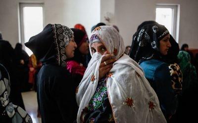 Des Bédouines du village d'Umm al-Hiran, dans le Néguev, dans le sud d'Israël, à la Cour suprême, à Jérusalem, le 20 novembre 2013. (Crédit : Flash90)