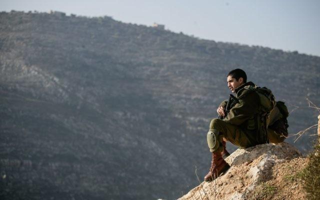 Un soldat israélien dans la vallée du Jourdain, en janvier 2014. Illustration. (Crédit : Uri Lenz/Flash90)
