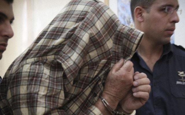 L'exterminateur, qui a placé le poison qui a provoqué la mort de deux enfants à Givat Mordechai, lors d'une audience à Jérusalem le 23 janvier 2014 (Crédit : Hadas Parush / Flash90)