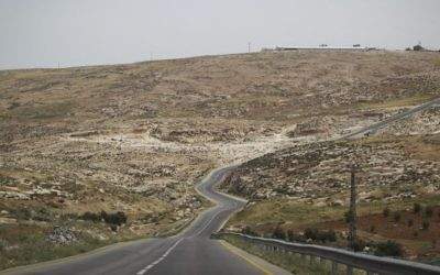 Illustration : une route des collines du sud de Hébron, en Cisjordanie. (Crédit : Hadas Parush/Flash90)