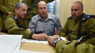 Moshe Yaalon, alors ministre de la Défense, en visite au Dôme de Fer, le 25 juillet 2014. (Crédit : Ariel Hermoni/ministère de la Défense/Flash90)