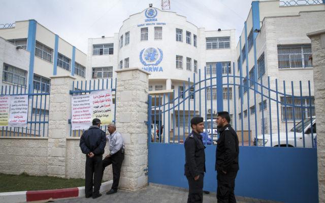 Déploiement de policiers pendant l'inauguration du centre de santé de l'UNRWA à Rafah, dans le sud de la bande de Gaza, le 11 mars 2015. (Crédit : Abed Rahim Khatib/Flash90)